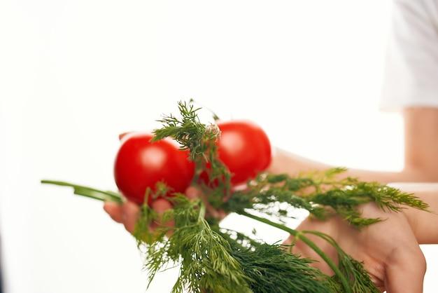 Zieloni z pomidorami składniki gotowanie sałatki ekologicznej