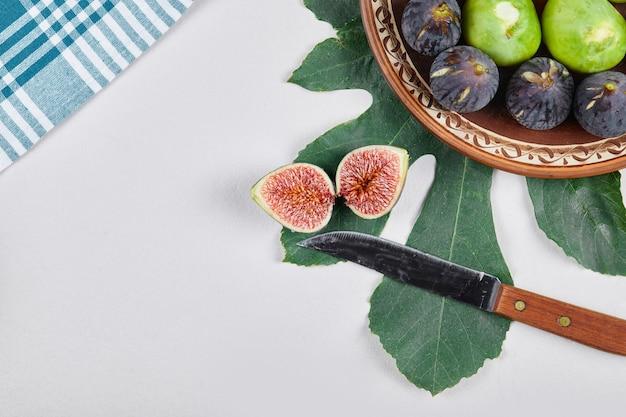 Zielono-fioletowe figi na etnicznym talerzu.