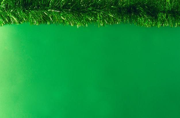 Zielony blichtr świąteczny. skopiuj miejsce. selektywne skupienie.