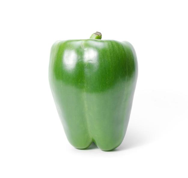 Zielony capsicum lub słodki pieprz na białym tle