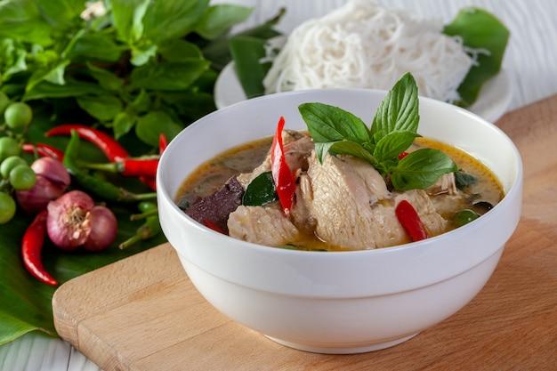 Zielony curry z kurczakiem na drewnianym tle, tajlandzka kuchnia
