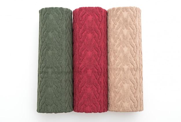 Zielony, czerwony i biały ręcznik na białym tle