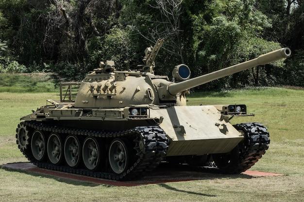 Zielony czołg wojskowy armii na zielonym podwórku.