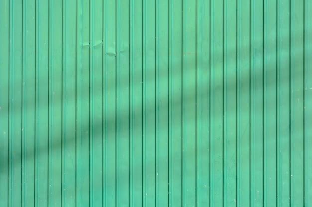Zielony dach z blachy falistej z cieniem