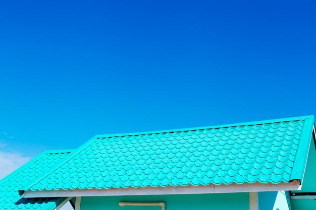 Zielony dach z niebieskiego nieba tłem