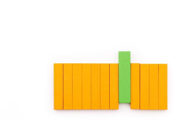 Zielony drewniany blok układa się z różnicy, wyjątkowa wydajność