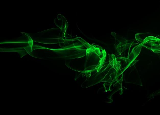 Zielony dym na czarnym tle i pojęcie ciemności