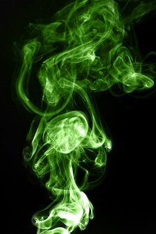Zielony dym na czarnym tle