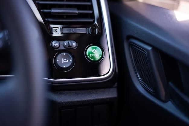Zielony ekologiczny przycisk samochodu, oszczędzaj energię