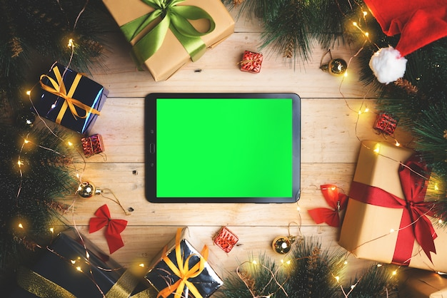 Zielony ekran tablet między świąteczną dekoracją. widok z góry