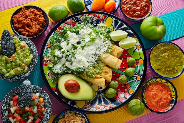 Zielony enchiladas meksykańskie jedzenie z guacamole