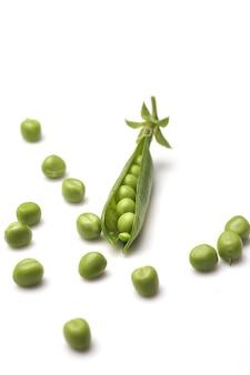 Zielony groszek na białym tle.