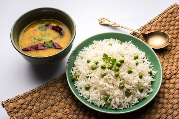Zielony groszek ryż basmati lub matar pulav, podawane z zwykłym dal