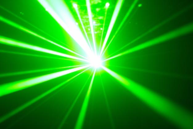 Zielony i czerwony laser w klubie nocnym. wiązki laserowe, klubowa atmosfera