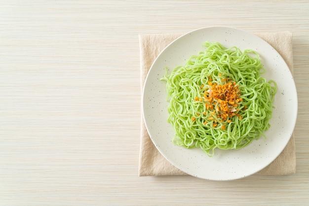 Zielony jadeitowy makaron z czosnkiem na talerzu
