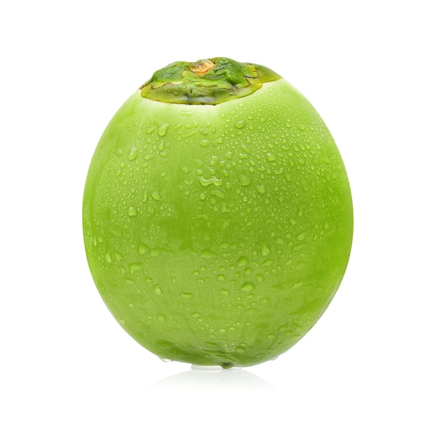 Zielony kokos z kroplą wody na białym tle