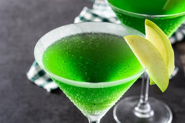 Zielony koktajl appletini w szkle na czarno