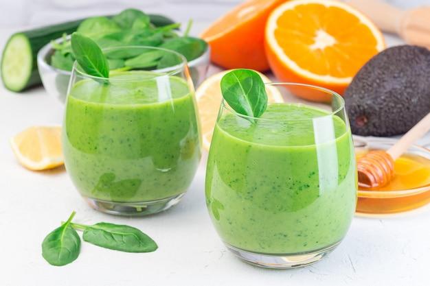 Zielony koktajl detoksykacyjny z awokado, szpinakiem, ogórkiem, pomarańczą, cytryną i miodem