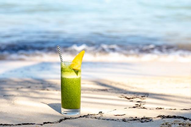 Zielony koktajl koktajl na plaży