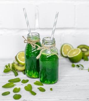 Zielony koktajl na białej powierzchni