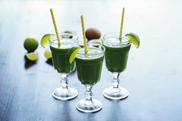 Zielony koktajl w szklance