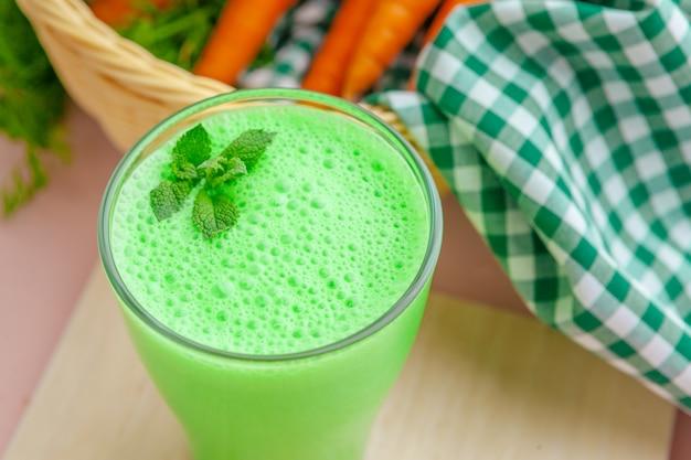 Zielony koktajl w szkle