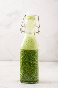Zielony koktajl z zielonymi owocami i warzywami. detoks, odchudzanie.