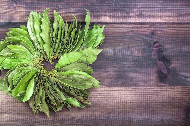 Zielony laur opuszcza na wieśniaka stole