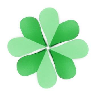 Zielony liść naturalny wzór z czterema płatkami koniczyny ręcznie robiony z kolorowego papieru na białym tle z miejscem na kopię