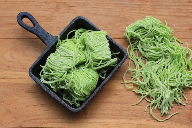 Zielony makaron jadeitowy