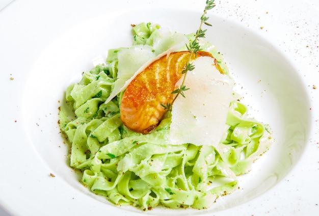Zielony makaron z grillowaną rybą