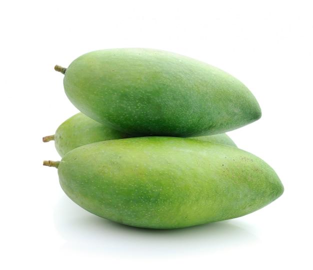 Zielony mango odizolowywający na białym tle