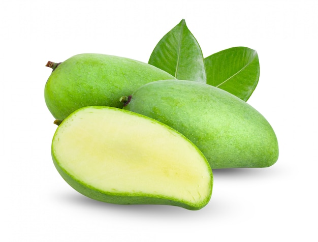 Zielony mango z liśćmi na biel ścianie.