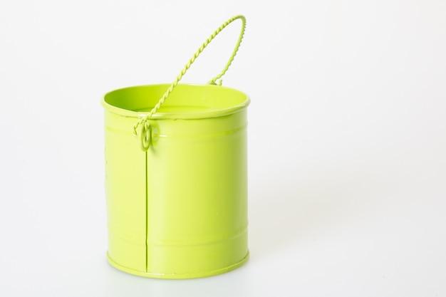 Zielony metalowy wiadro pastel na białym tle