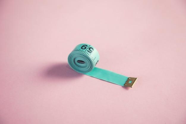 Zielony miernik na różowym stole