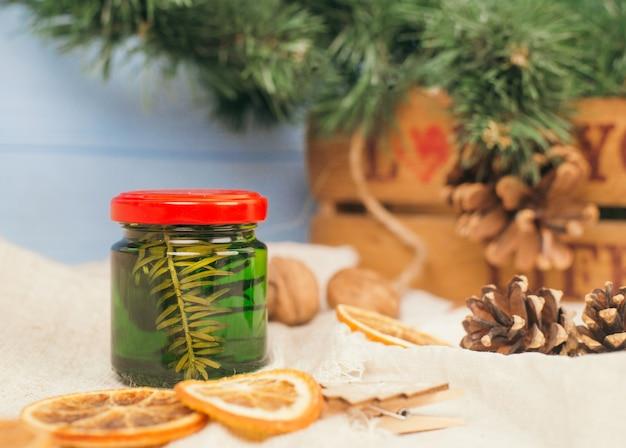 Zielony miód z igłami sosny w szklanym słoiku