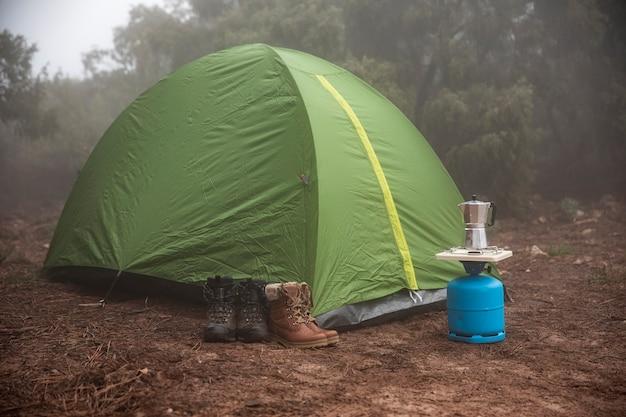 Zielony namiot ustawiony w lesie