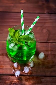 Zielony napój estragonowy z miętą i kostkami lodu