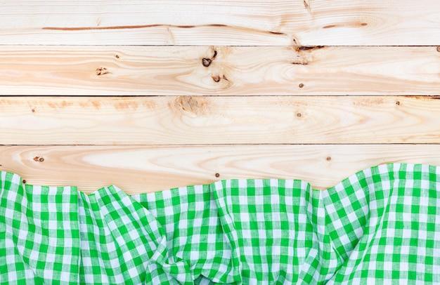 Zielony obrus na drewnianym stole
