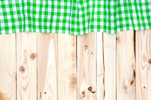 Zielony obrus w kratkę na drewnianym stole