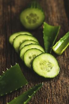 Zielony ogórek i plastry
