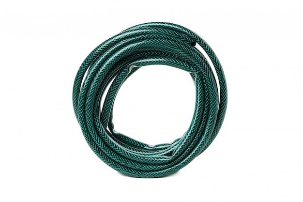 Zielony ogrodowy wąż elastyczny odizolowywający na bielu odizolowywającym
