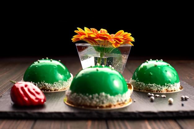Zielony okrągły deser. ciasto, na ciemnym tle