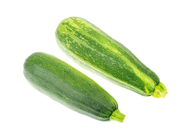 Zielony owoc cukinii na białym tle. studio photo