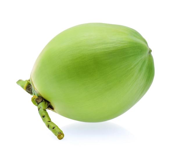 Zielony owoc kokosowy na białym tle