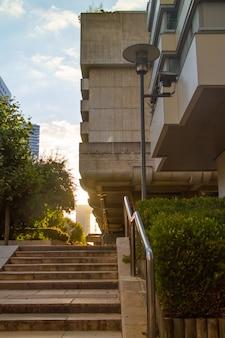 Zielony park obok nowoczesnych szklanych wysokich wieżowców i niebieskim tle nieba w dzielnicy la defense w paryżu