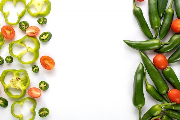 Zielony pieprz korzenny gorący z pokrojonym zielonym dzwonkowym pieprzem na białym tle
