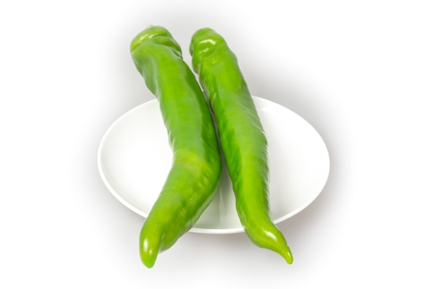 Zielony pieprz na białym tle