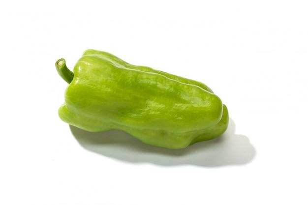 Zielony pieprz odizolowywający na bielu