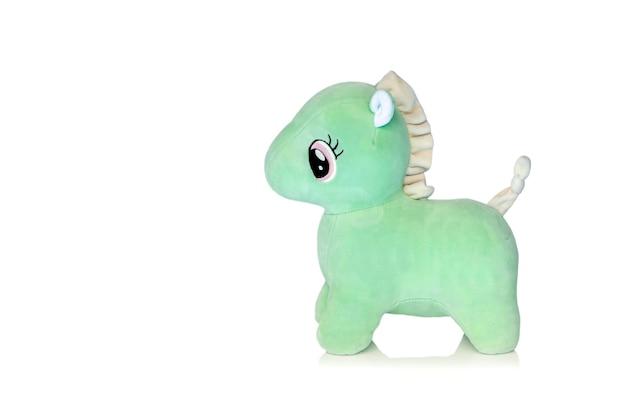 Zielony pluszowy koń na białym tle